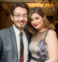 أحمد زاهر يغازل زوجته