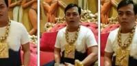 يرتدي أكثر من 13 كلغ من الذهب يومياً - فيديو