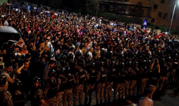 إصابة 10 رجال أمن خلال احتجاجات الرابع