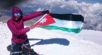 متسلقة أردنية ترفع العلم الاردني على قمة جبال القفقاس