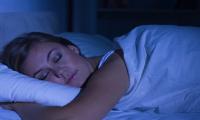علماء يحددون أسوأ وضعية للنوم