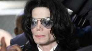 بيع قفاز مايكل جاكسون بأكثر من 100 ألف دولار