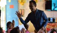 معلم يفوز مليون دولار ويتشاركها مع 9 منافسين
