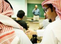 السعودية ..  وفاة معلم أمام طلابه في المنصة الرقمية