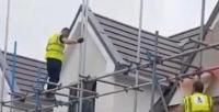 عامل يحطم جدار منزل إثر خلاف على الأجر - فيديو