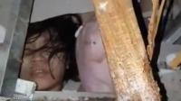 فيديو يفطر القلوب ..  طفل حي تحت الأنقاض بعد زلزال مدمر