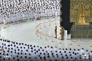 المعتمرون يحاذون بعضهم بعد تخفيف الإجراءات الاحترازية في المسجد الحرام