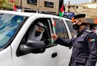 الأمن يوزع علم الوطن على المارة والمركبات