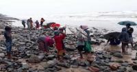 البحر يقذف قرية هندية فقيرة بالذهب