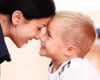 كيف نخفف من تعلق الطفل الزائد بأمه