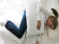 فوائد وضع وسادة بين ساقيك عند النوم