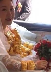 عروس ترتدي 60 كيلوغراما من الذهب يوم زفافها
