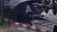 5 ثوان تنقذ حياة امرأة من قطار سريع - فيديو