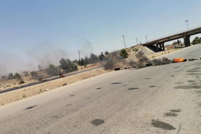 معارضون سوريون يقطعون أوتوستراد دمشق/ عمّان